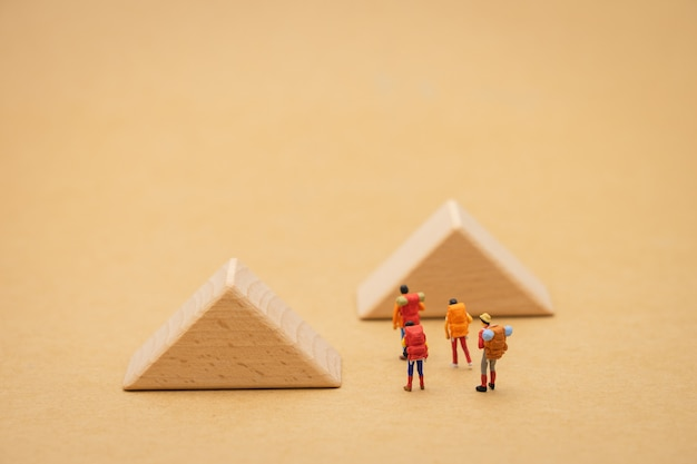 Miniaturmenschen stehen auf der gehweg ist ein block bedeutet den beginn der reise