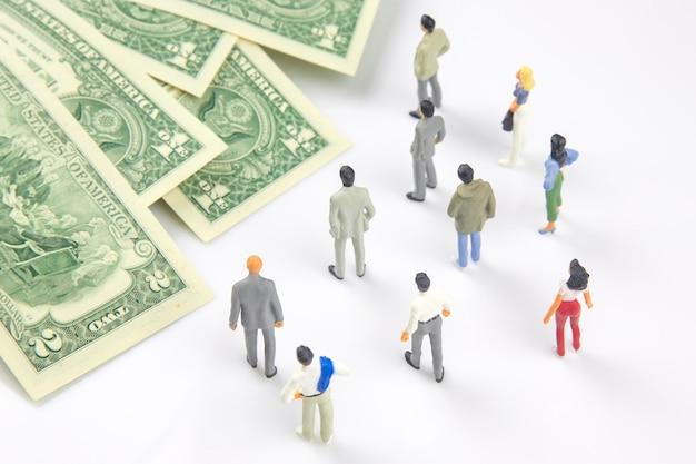 Miniaturmenschen verschiedene leute stehen in der nähe von dollargeld
