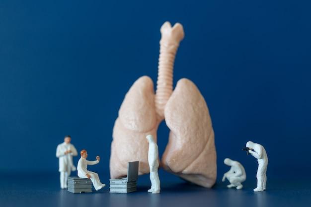 Miniaturmenschen, wissenschaftler, die die menschliche lunge beobachten und diskutieren, medizinisches gesundheitskonzept.