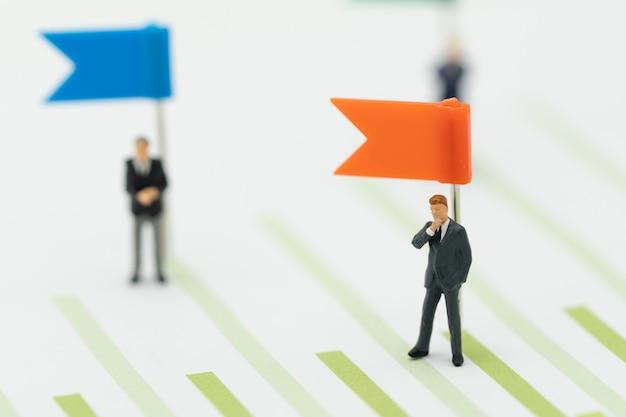 Miniaturmenschengeschäftsleute, die investmentanalyse oder -investition verkaufsrankings stehen