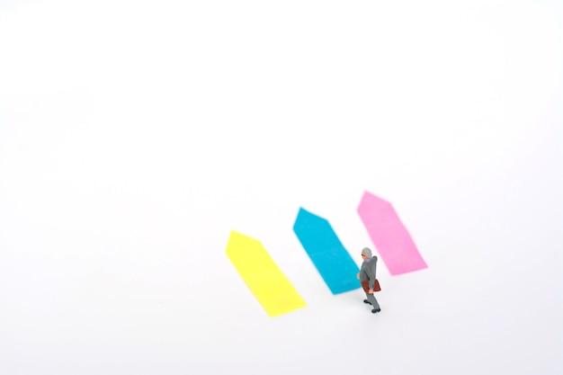 Miniaturmodell des geschäftsmannes trifft entscheidungen für die zukunft.