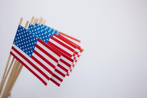 Miniaturpapierflaggen usa. amerikanische flagge auf weißem hintergrund.