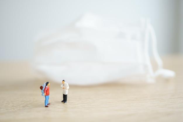 Miniaturreisender und arzt überprüfen sie die leichen der touristen, bevor sie das land betreten