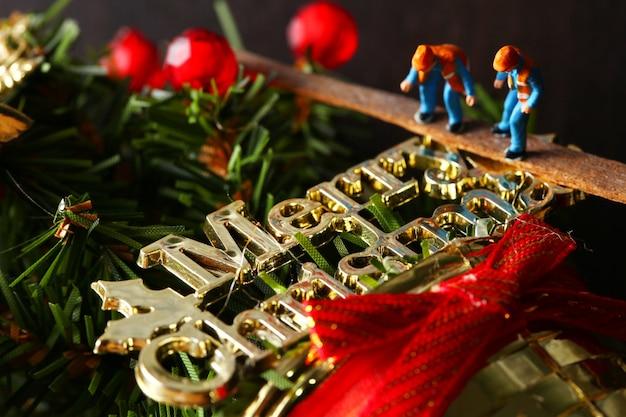 Miniaturwartungs-plastikzahlmodell in der tätigkeit stellen weihnachtsereignis dar