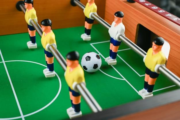 Minifußball mit spielern und ball, nahaufnahme. hochwertiges foto