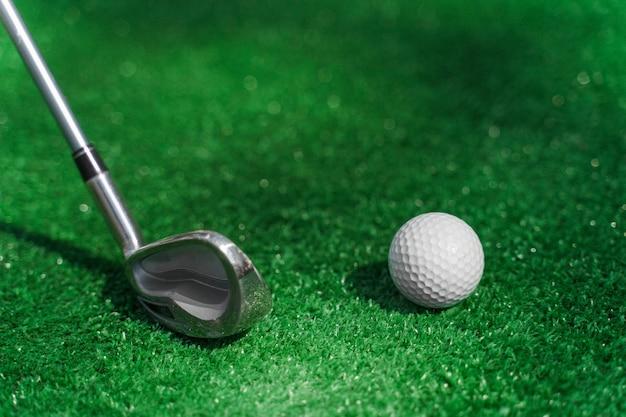 Minigolf spielen auf dem grünen rasen mit niblick