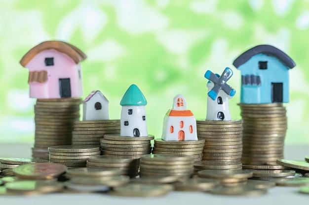 Minihaus auf stapel münzen