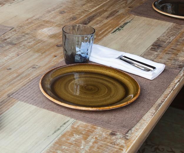 Minimal gedeckter tisch