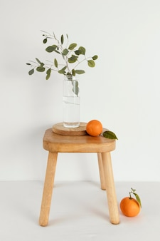 Minimale abstrakte konzept-mandarinen auf stuhl