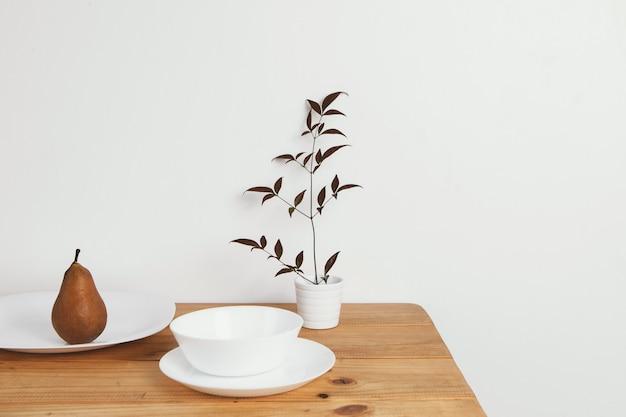 Minimale abstrakte konzeptbirne auf tisch