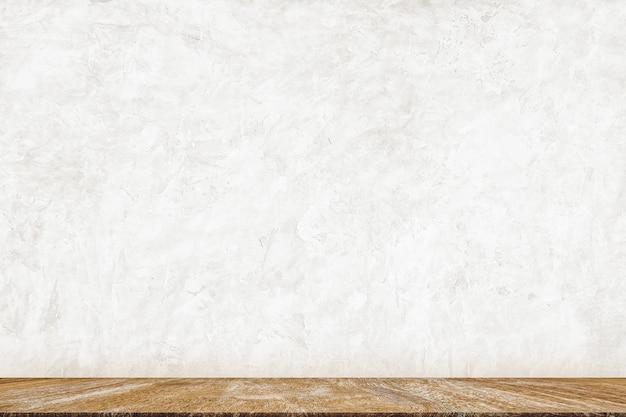 Minimale hölzerne tischplatte auf weißer betonfarbenwand