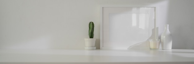 Minimale inneneinrichtung des wohnzimmers mit modellrahmen, dekorationen und kopierraum