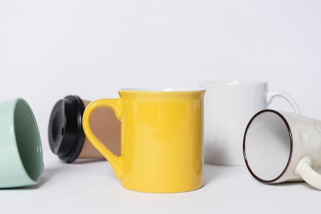 Minimale kaffeetasse auf dem tisch. mock-up für kreatives design-branding-objekt.