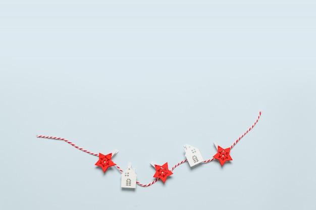Minimale karte der frohen weihnachten und der frohen feiertage mit dekor auf blauem hintergrund. neujahr. flache laien kreative idee design