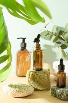 Minimale kosmetikprodukte mit naturkosmetik auf neutralem beigem hintergrund