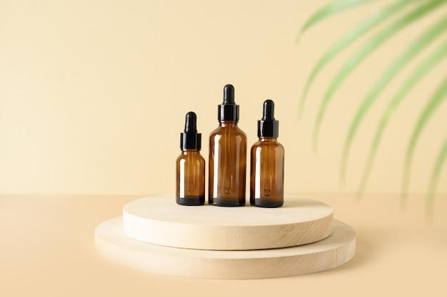 Minimale moderne kosmetikprodukte mit naturkosmetik auf beigem hintergrund mit schattenüberlagerung