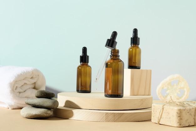 Minimale moderne kosmetikprodukte mit naturkosmetik auf neutralem beigem hintergrund mit schatten