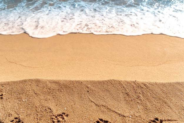 Minimale zusammensetzung von sand und meerwasser. luftaufnahme. . oberfläche für sommerreisen