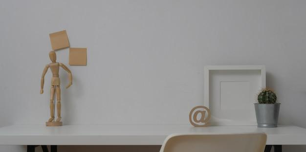 Minimaler arbeitsbereich mit verspottetem rahmen und kopienraum