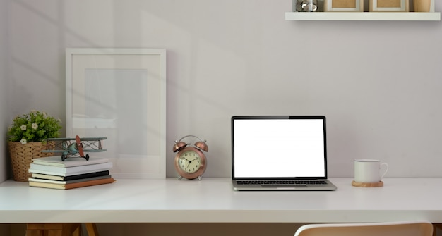 Minimaler arbeitsplatz mit büromaterial