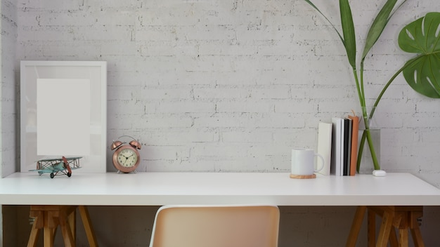 Minimaler arbeitsplatz mit kopienraum und modellrahmen