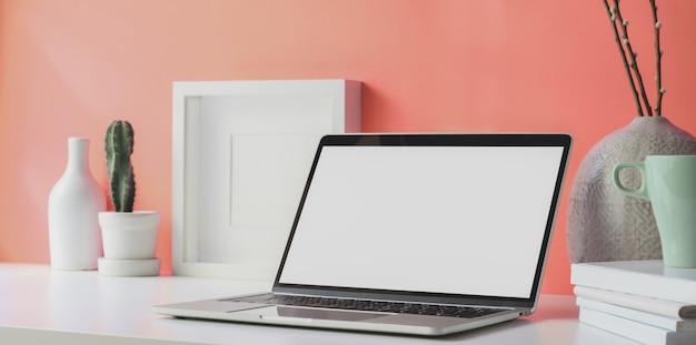 Minimaler arbeitsplatz mit offenem laptop des leeren bildschirms