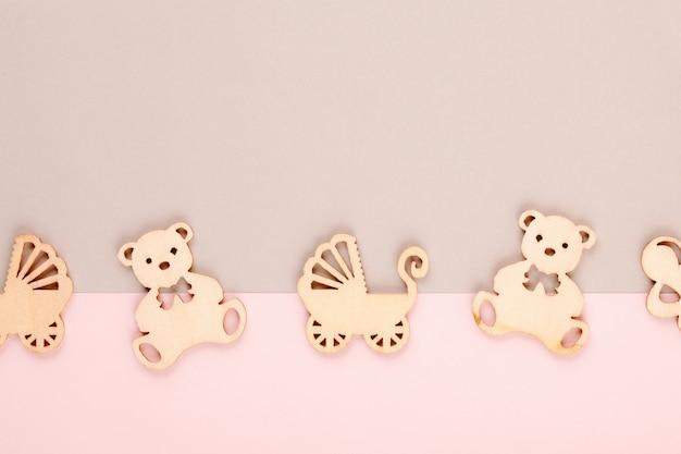Minimaler dekorativer pastellhintergrund mit kleinen holzfiguren für neugeborenen geburtstag
