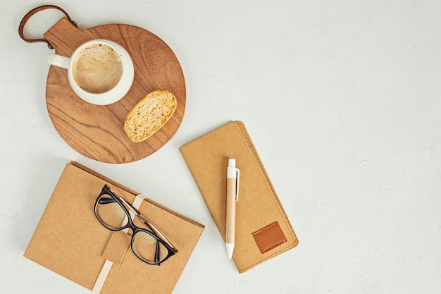 Minimaler desktop mit organischer farbe, stationäre kaffeetasse
