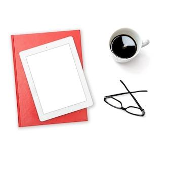 Minimaler flacher weißer bildschirmkopierraum. tablet-pc-kaffeegläser