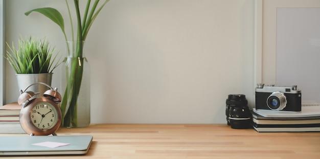 Minimaler fotografarbeitsplatz mit laptop- und exemplarplatz