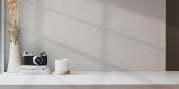 Minimaler fotografarbeitsplatz mit verspottetem platz