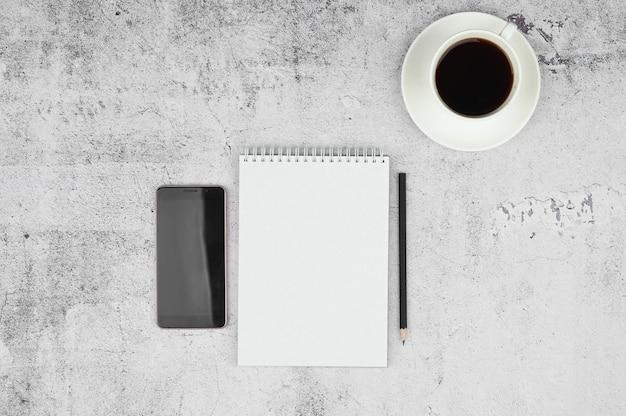 Minimaler home-office-schreibtisch. freiberuflicher arbeitsplatzkonzept