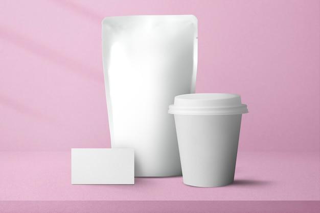 Minimaler kaffeebeutel mit pappbecher-lebensmittel- und getränkeverpackung