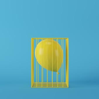 Minimaler konzeptgelbballon, der in gelben käfig auf blauem hintergrund schwimmt