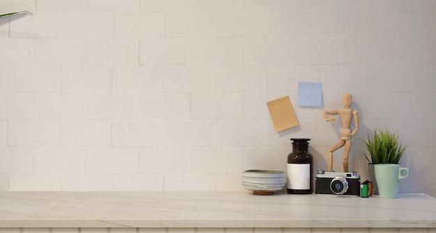 Minimaler stilvoller arbeitsplatz mit weißem backsteinmauerhintergrund