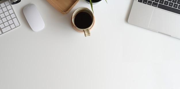 Minimaler weißer schreibtisch mit laptop