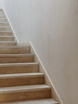 Minimales ästhetisches architekturkonzept. beige wand und treppe
