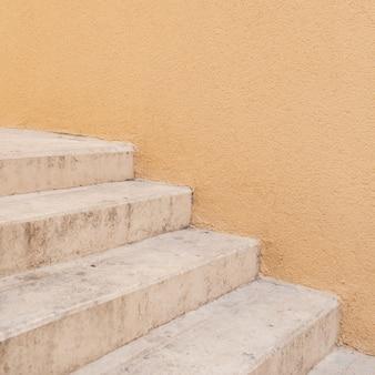 Minimales architekturkonzept. gelbe wand mit weißer treppe.