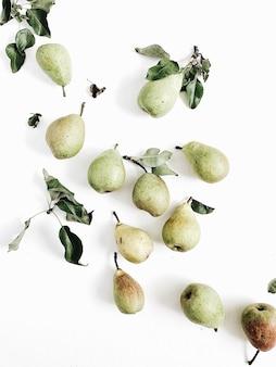 Minimales birnenfrucht- und -blattmuster auf weißem hintergrund. flache lage, ansicht von oben
