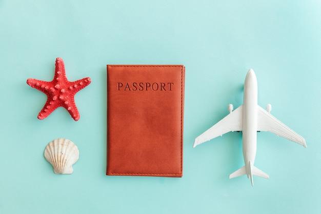 Minimales einfaches flachlage-reiseabenteuer-reisekonzept auf blauem buntem modischem modernem pastellhintergrund