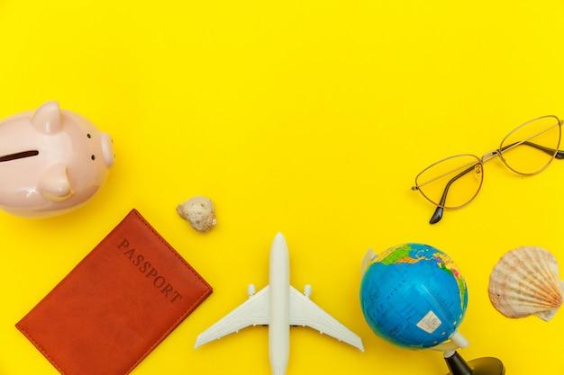 Minimales einfaches flachlage-reiseabenteuer-reisekonzept auf gelbem buntem modischem modernem hintergrund