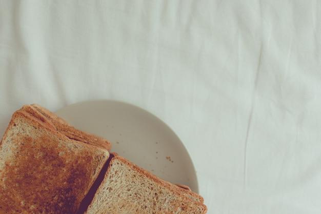 Minimales hausgemachtes toastbrot mit kopierraum