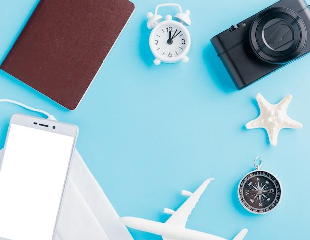 Minimales modellflugzeug, flugzeug, seestern, kompass, leerer smartphone-bildschirm und gesichtsmaske