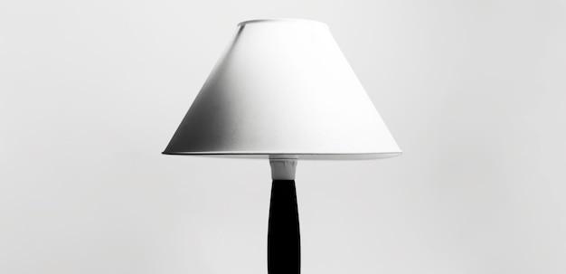 Minimales porträt der lampe in schwarzweiss.