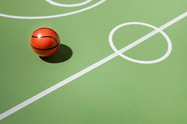 Minimales stillleben auf dem basketballplatz