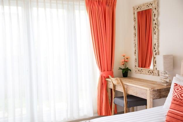 Minimalistic moderner innenraum des schlafzimmers. lebendes korallenrotes dekorkonzept.