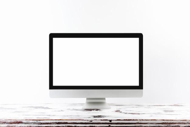Minimalistic-monitor auf holztisch