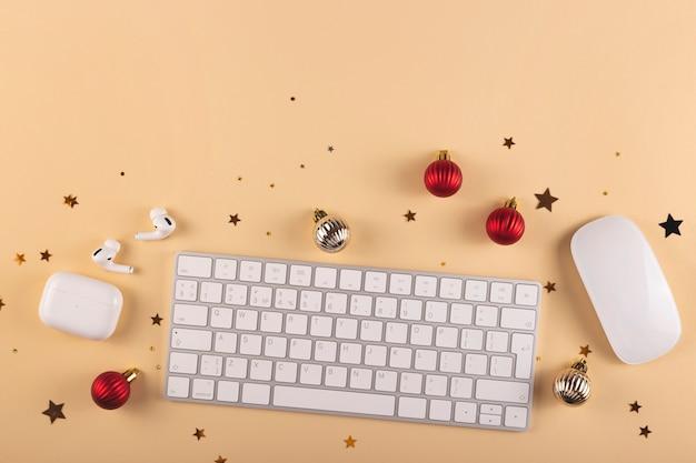 Minimalistisch stilvoller arbeitsplatz unter weihnachtsdekorationen auf neutralem hintergrund draufsicht und kopierraum