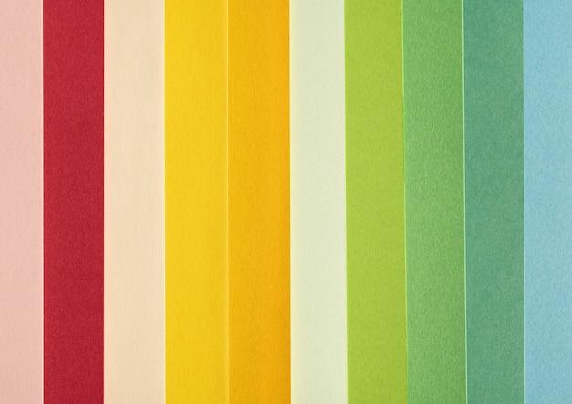Minimalistische abstrakte farbige kleine papierstücke