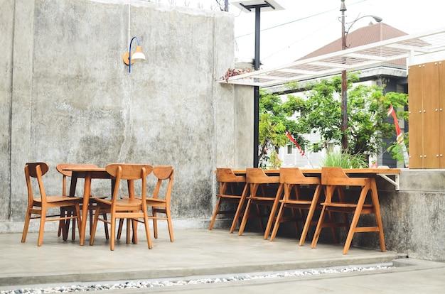 Minimalistische coffeeshop-tische und -stühle